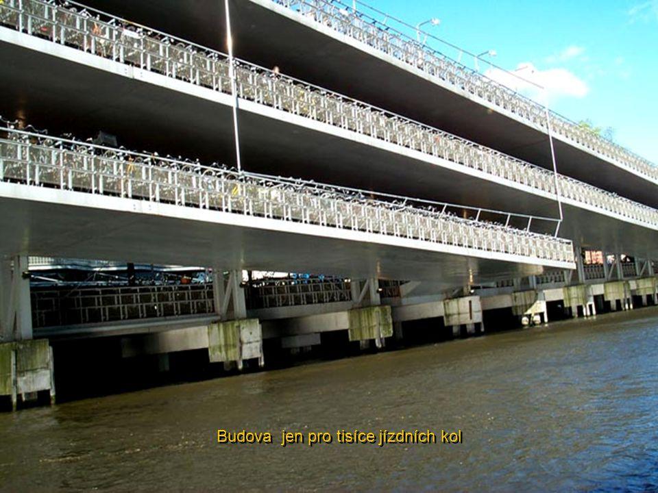Amsterodam je městem pro pěší, pro cesty na kole nebo lodí. Stačí se podívat na toto parkování jízdních kol proti Hlavnímu nádraží