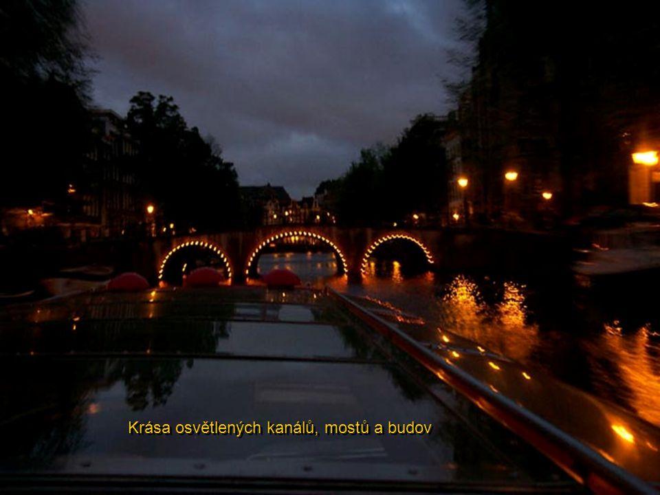 Nádherná večerní cesta po kanálech osvětleného Amsterodamu