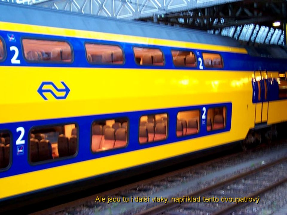 Interiér vlaku je luxusní, s veškerým vybavením. Zdá se, že vlak se nad kolejemi vznáší. Žádný hluk ani vibrace.