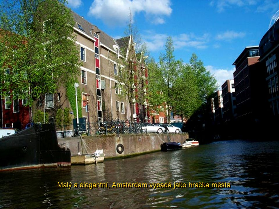 Krása osvětlených kanálů, mostů a budov