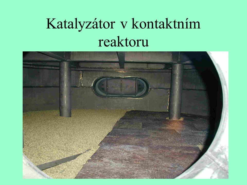 Katalyzátor v kontaktním reaktoru