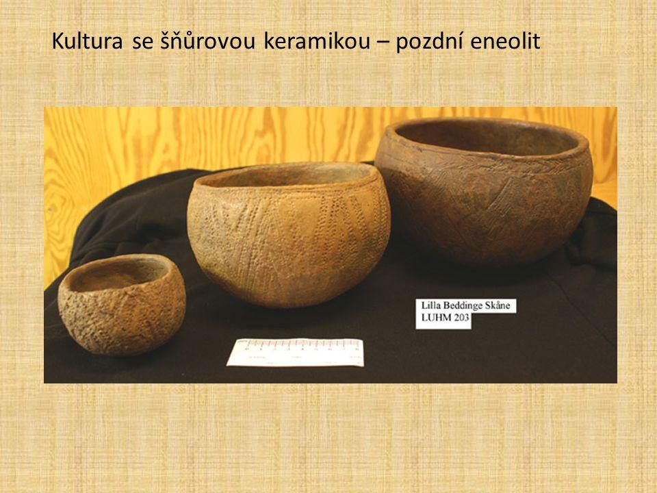 Ötzi je jméno, kterým je nazývána přirozená mumie člověka z doby přibližně 3300 let př.