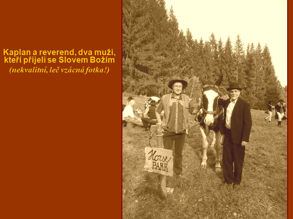 Kaplan a reverend, dva muži, kteří přijeli se Slovem Božím (nekvalitní, leč vzácná fotka!)