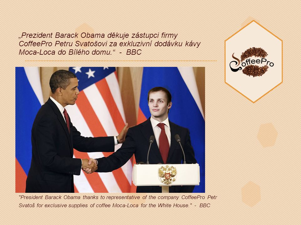 """Prezident Barack Obama děkuje zástupci firmy CoffeePro Petru Svatošovi za exkluzivní dodávku kávy Moca-Loca do Bílého domu. - BBC President Barack Obama thanks to representative of the company CoffeePro Petr Svatoš for exclusive supplies of coffee Moca-Loca for the White House. - BBC"