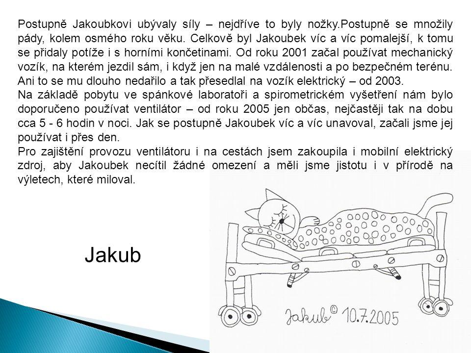Postupně Jakoubkovi ubývaly síly – nejdříve to byly nožky.Postupně se množily pády, kolem osmého roku věku.