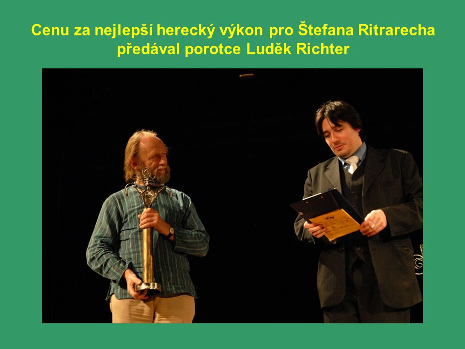Cenu za nejlepší herecký výkon pro Štefana Ritrarecha předával porotce Luděk Richter