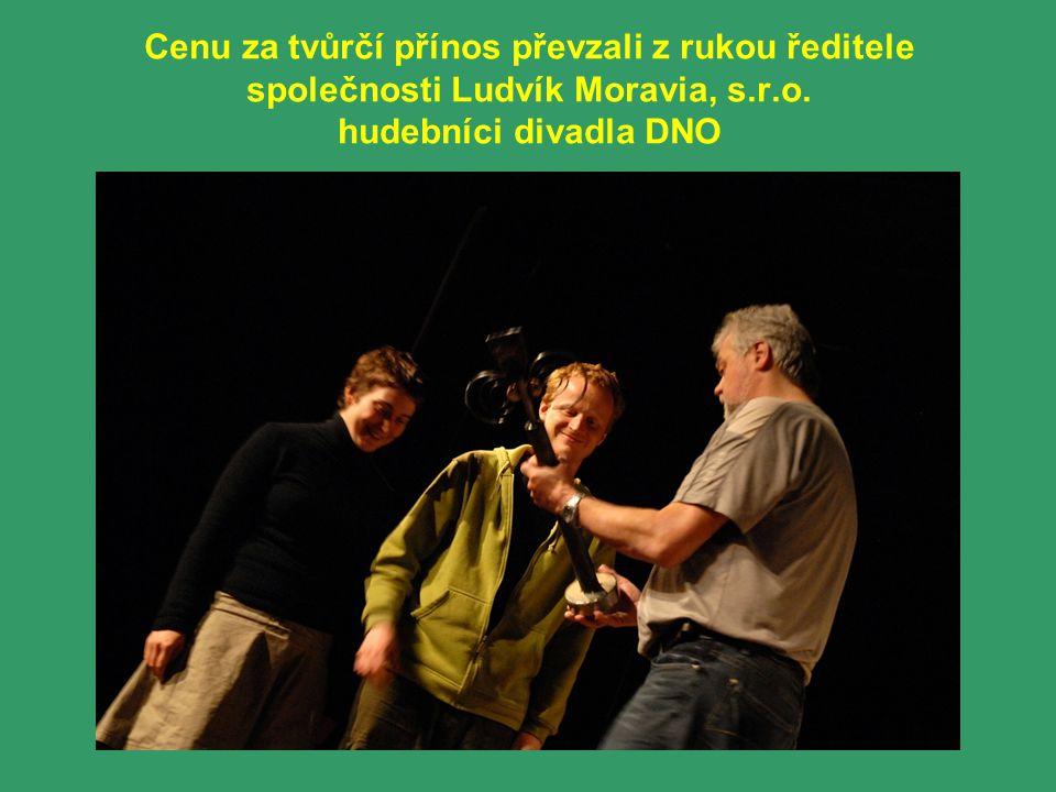 Cenu za tvůrčí přínos převzali z rukou ředitele společnosti Ludvík Moravia, s.r.o. hudebníci divadla DNO