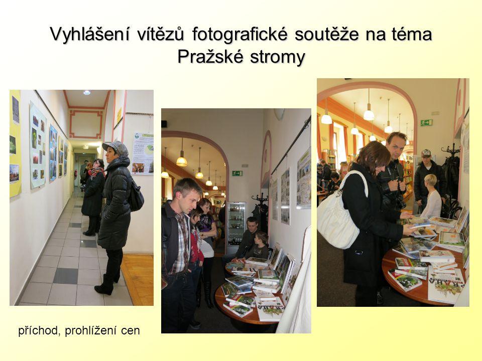 Vyhlášení vítězů fotografické soutěže na téma Pražské stromy příchod, prohlížení cen