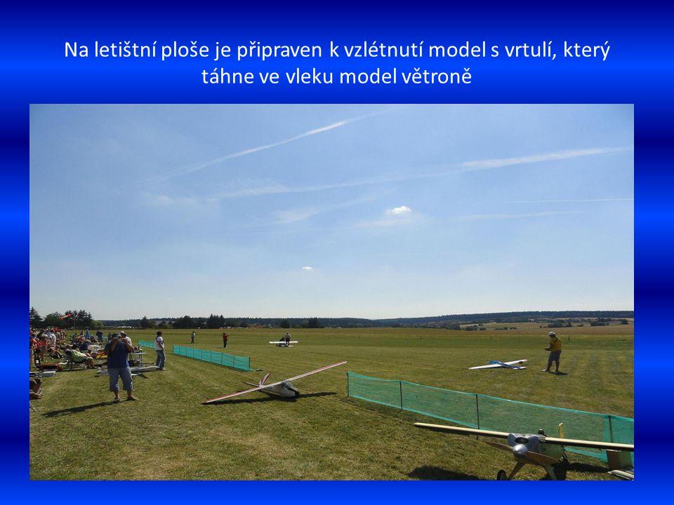 Letecké modely ve vzduchu nad lesem