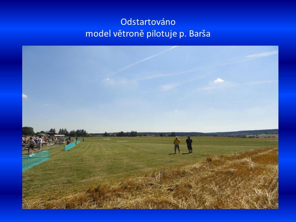 Na letištní ploše je připraven k vzlétnutí model s vrtulí, který táhne ve vleku model větroně