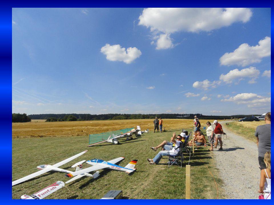 Diváci sledující letoun, který fotoaparát nezachytil