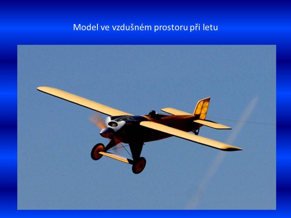 Model letounu je naváděn-navigován k přistání
