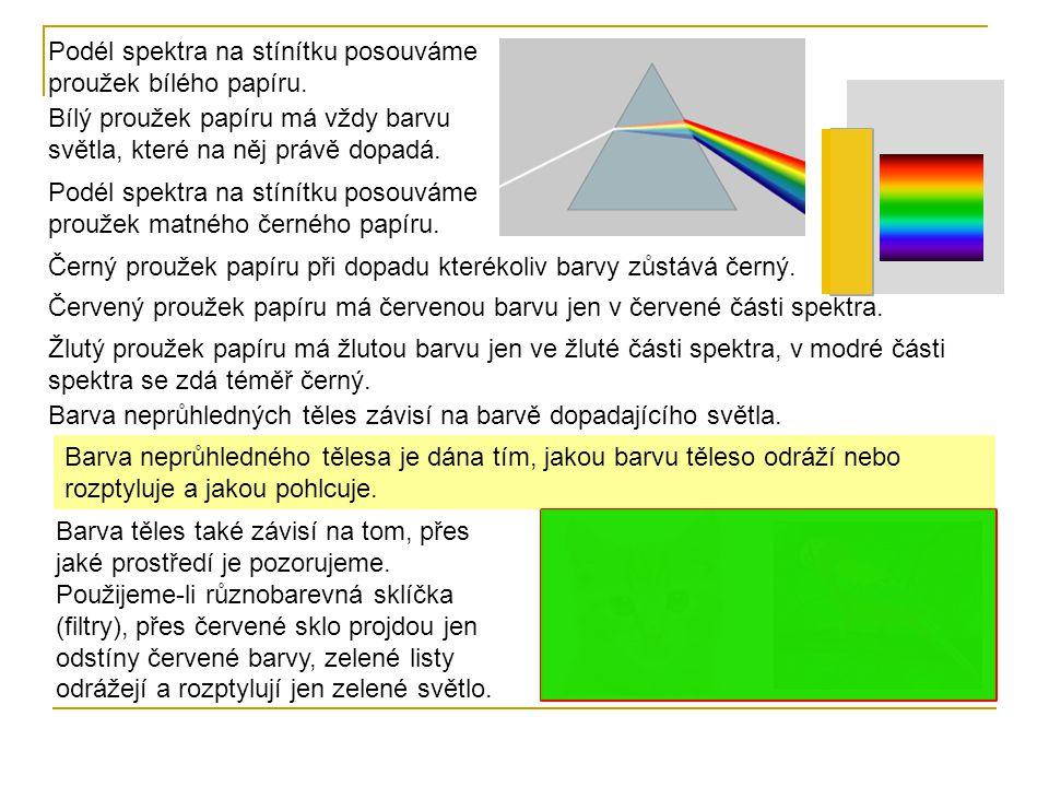 Podél spektra na stínítku posouváme proužek bílého papíru. Bílý proužek papíru má vždy barvu světla, které na něj právě dopadá. Podél spektra na stíní
