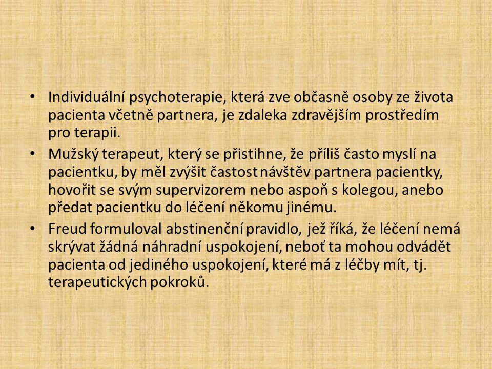 Individuální psychoterapie, která zve občasně osoby ze života pacienta včetně partnera, je zdaleka zdravějším prostředím pro terapii. Mužský terapeut,