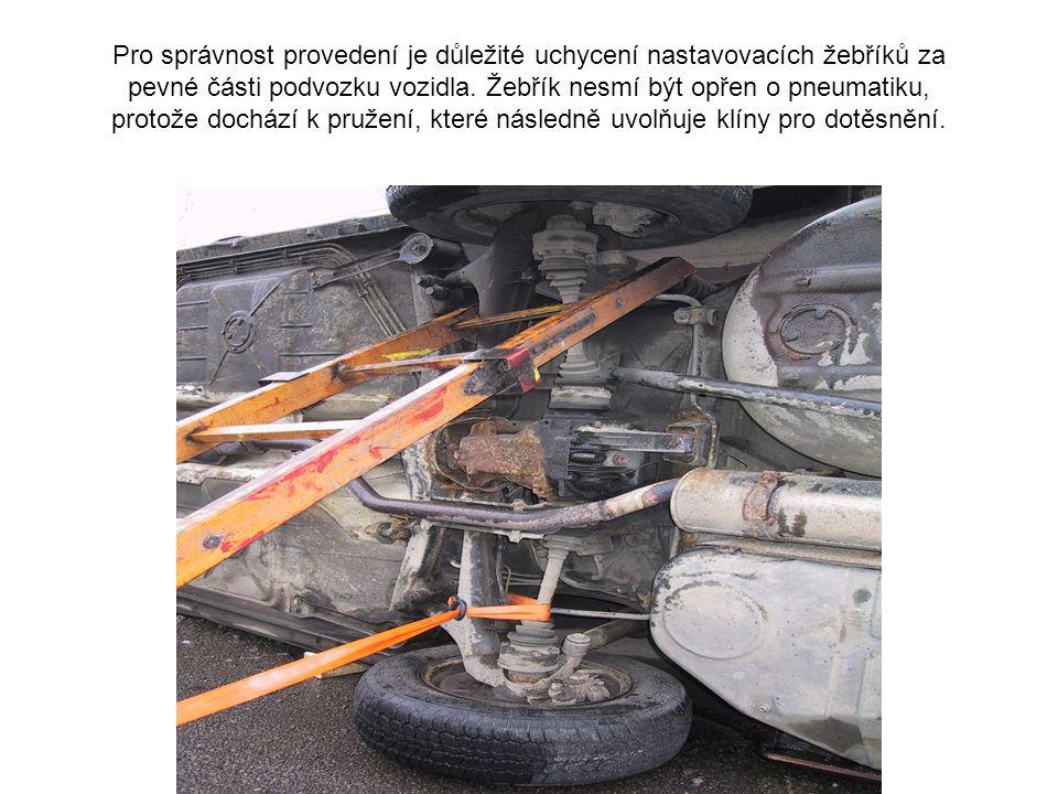 Pro stabilizaci vozidla na boku potřebujeme dva nastavovací žebříky a dvě záchytná nebo záchranná lana. V našem případě jsme použili pro fixaci popruh