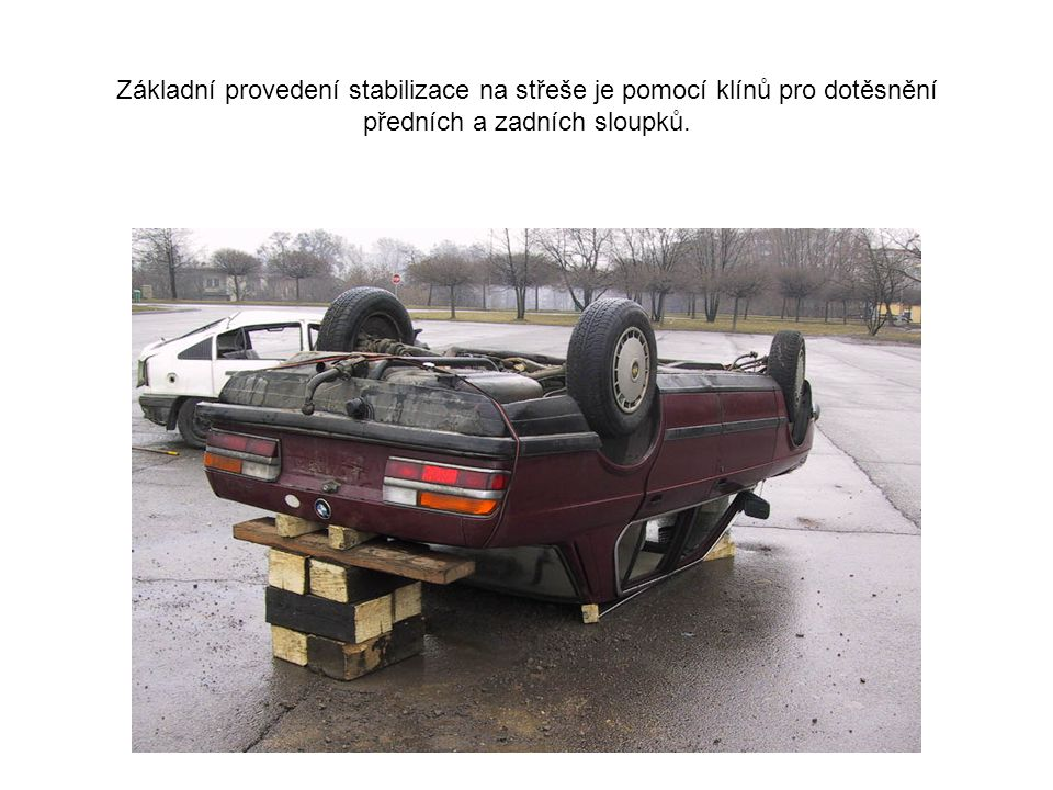 1 V našem případě byla stabilizace provedena pomocí klínů pro dotěsnění. Dále pro větší stabilitu vozidla bylo použito velkých dřevěných hranolů pro p
