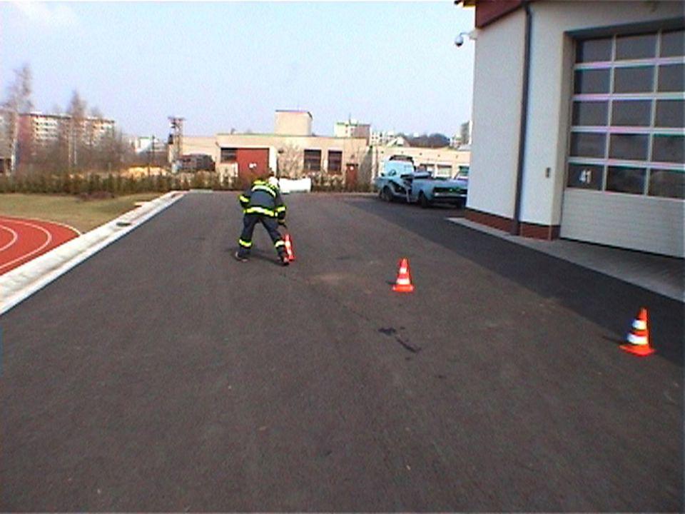 Označení místa nehody Označení kužely Dopravní kužely by měly být umísťovány 100m za zadním okrajem překážky,a to za každý jízdní pruh,ve kterém se př