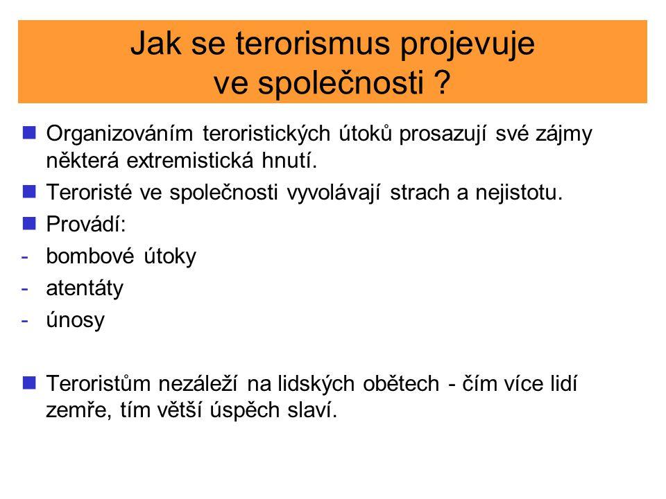 Jak se terorismus projevuje ve společnosti ? Organizováním teroristických útoků prosazují své zájmy některá extremistická hnutí. Teroristé ve společno