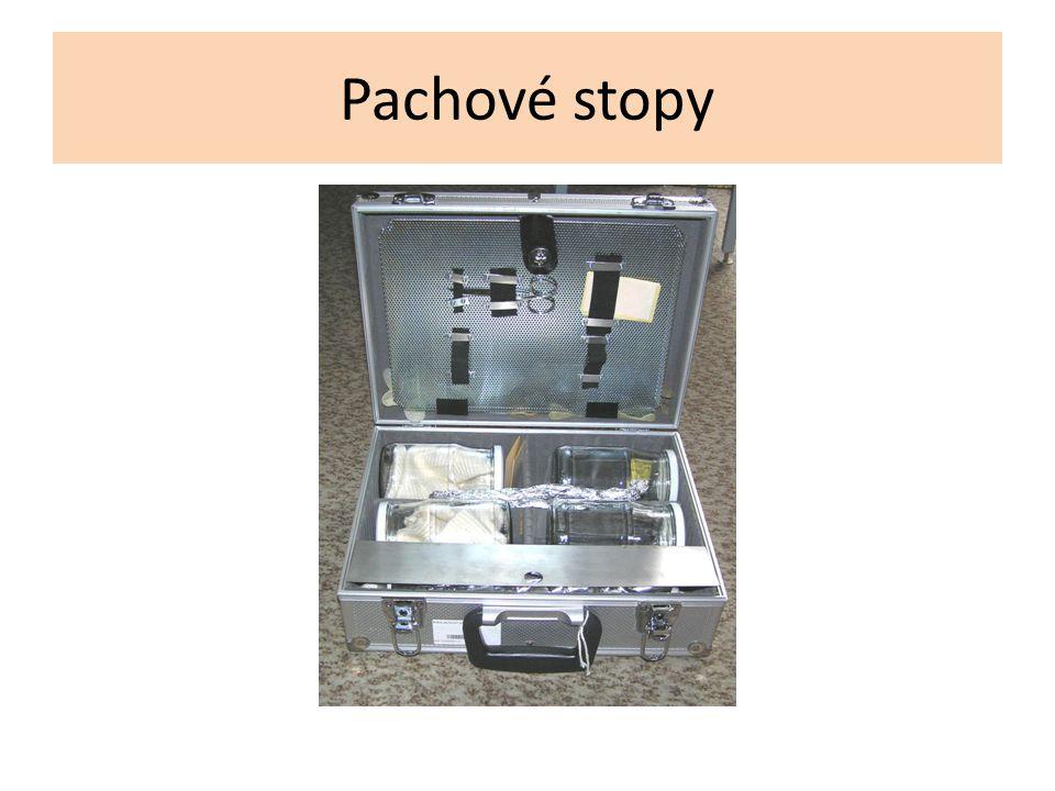 Pachové stopy Odběr srovnávacích pachových konzerv: Osobě, jejíž totožnost má být potvrzena, se odebírají pachy na dva pachové snímače.
