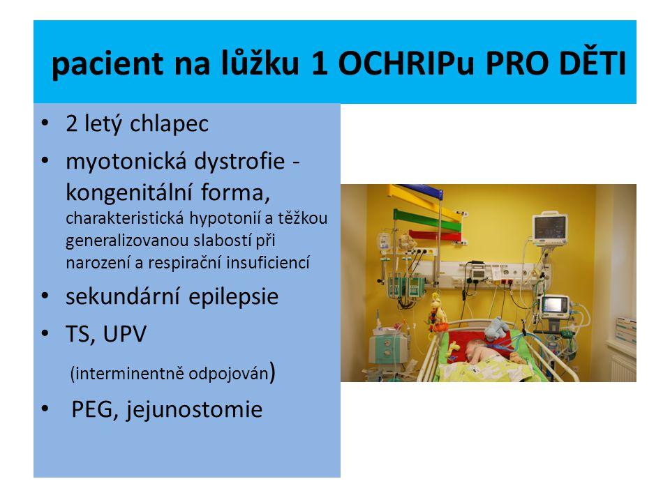 pacient na lůžku 1 OCHRIPu PRO DĚTI 2 letý chlapec myotonická dystrofie - kongenitální forma, charakteristická hypotonií a těžkou generalizovanou slab