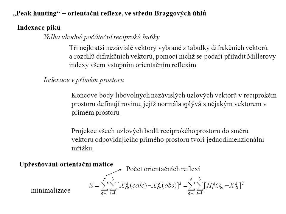 """""""Peak hunting"""" – orientační reflexe, ve středu Braggových úhlů Indexace píků Volba vhodné počáteční reciproké buňky Tři nejkratší nezávislé vektory vy"""