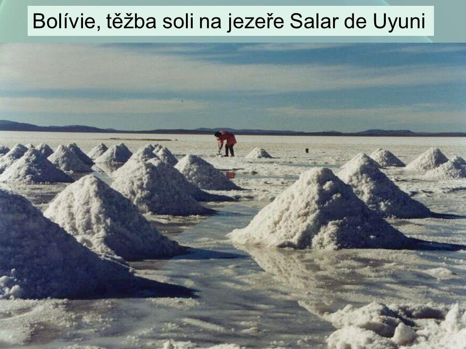Bolívie, těžba soli na jezeře Salar de Uyuni