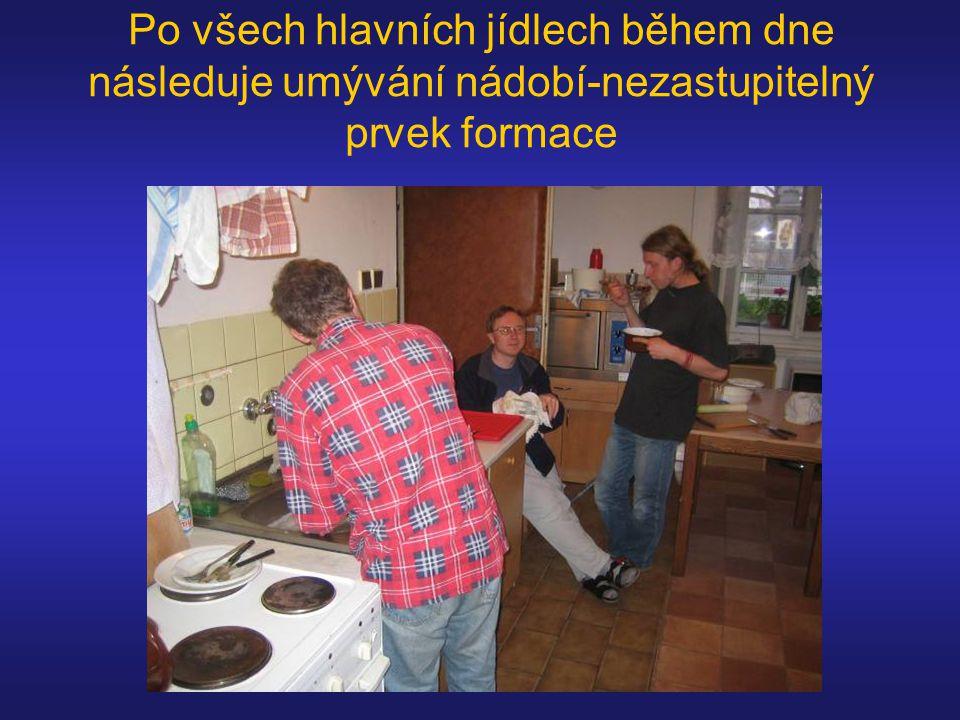 Po všech hlavních jídlech během dne následuje umývání nádobí-nezastupitelný prvek formace