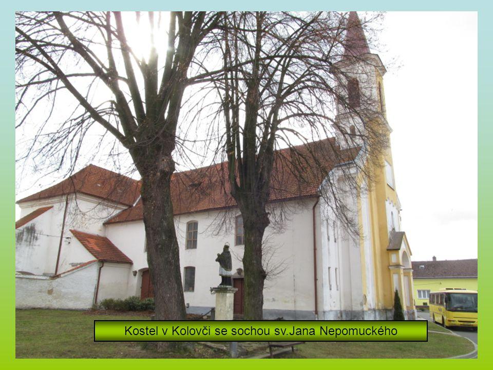Kostel v Kolovči se sochou sv.Jana Nepomuckého