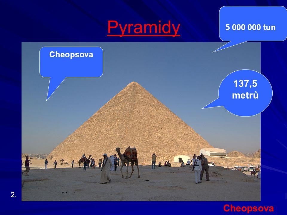 """Cheopsova pyramida """"Pyramida se nachází na pyramidovém poli v Gíze na předměstí současné Káhiry."""