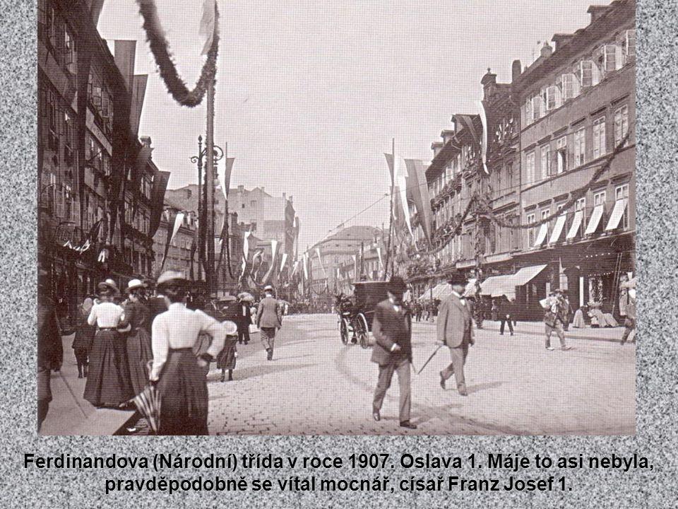 Reprezentační třída Na Příkopě, oblíbené korzo pražských Němců. Češi zase korzovali na Ferdinandově třídě, dnešní Národní.