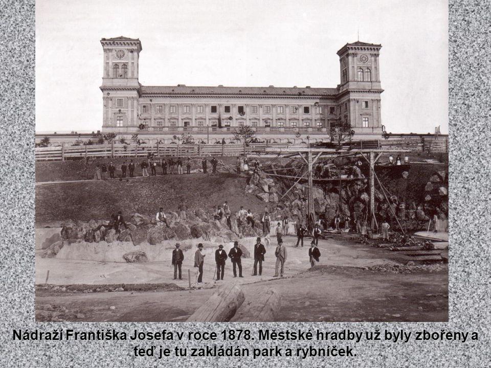 Císař odjížděl z nádraží, které neslo jeho jméno. Tenkrát to byla periférie Prahy.