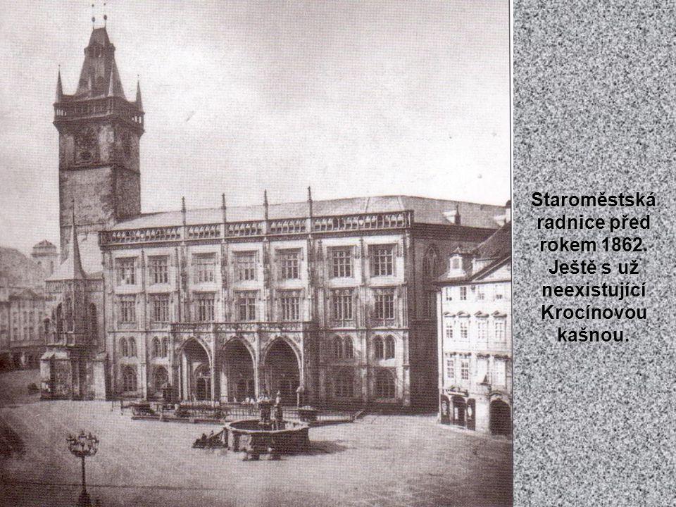 Koňská brána stávala do r. 1876 v místech dnešní kašny pod Národním muzeem. O její mohutnosti svědčí postavičky u jedné z bran.