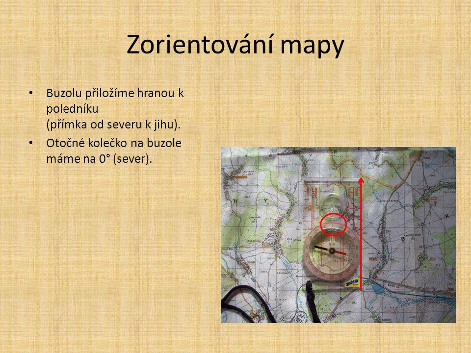 Zorientování mapy Buzolu přiložíme hranou k poledníku (přímka od severu k jihu). Otočné kolečko na buzole máme na 0° (sever).