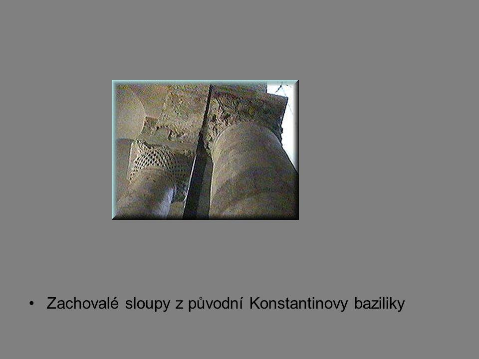 Zachovalé sloupy z původní Konstantinovy baziliky