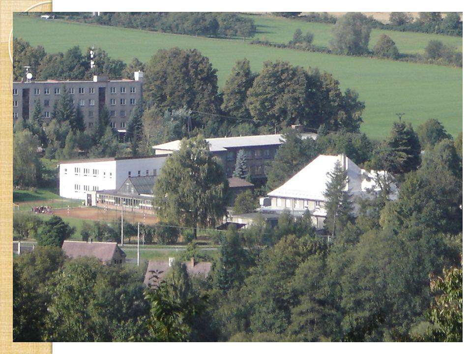 Přirozená lékárna Na podzim roku 2012 vznikla na zahradě školy naučná stezka Přirozená lékárna.