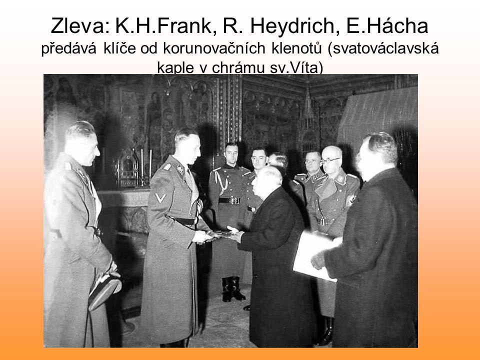 Zleva: K.H.Frank, R. Heydrich, E.Hácha předává klíče od korunovačních klenotů (svatováclavská kaple v chrámu sv.Víta)