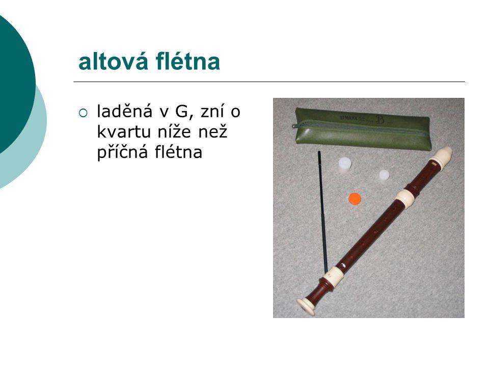 altová flétna  laděná v G, zní o kvartu níže než příčná flétna