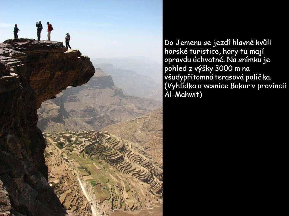 Asfaltové silnice se v Jemenu staví raketovým tempem, pro cesty do vzdálenějších koutů země se však bez terénních aut neobejdete. Při překonávání vysc