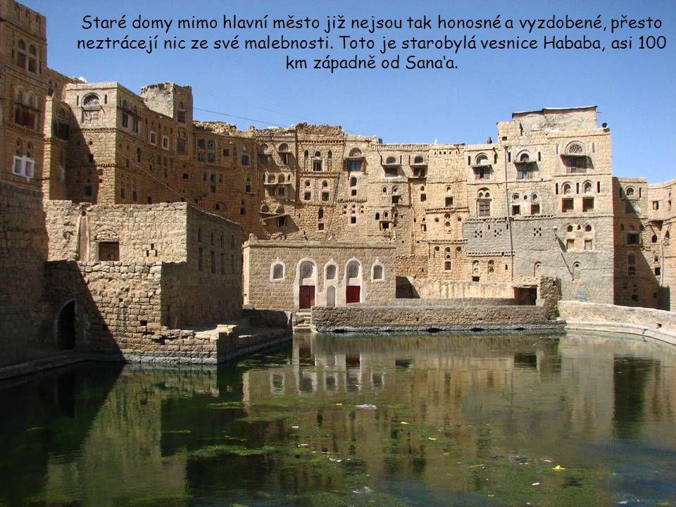 Všude v jemenských horách jsou rozesety opevněné vesnice jako hrady, kde lidé v minulosti hledali útočiště při nájezdech banditů. Na okolních terasový