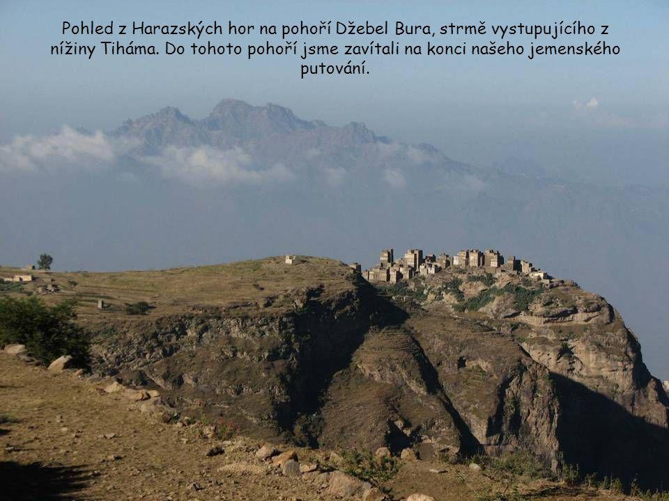 Pohoří Džebel Haraz se tyčí nad pobřežní nížinou Tiháma táhnoucí se podél Rudého moře, kde panuje velké vedro a téměř 100% vlhkost vzduchu. Stoupající