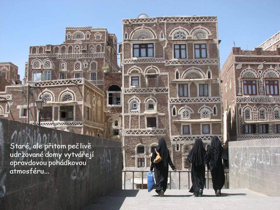 Jemenská metropole Sana'a je pro většinu návštěvníků vstupní branou do této země. Leží ve výšce 2300 m a je kolem dokola obklopena horami. Historické