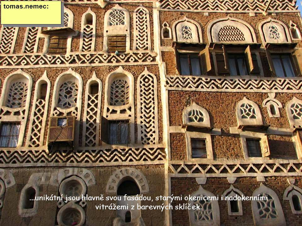 ...unikátní jsou hlavně svou fasádou, starými okenicemi i nadokenními vitrážemi z barevných sklíček.