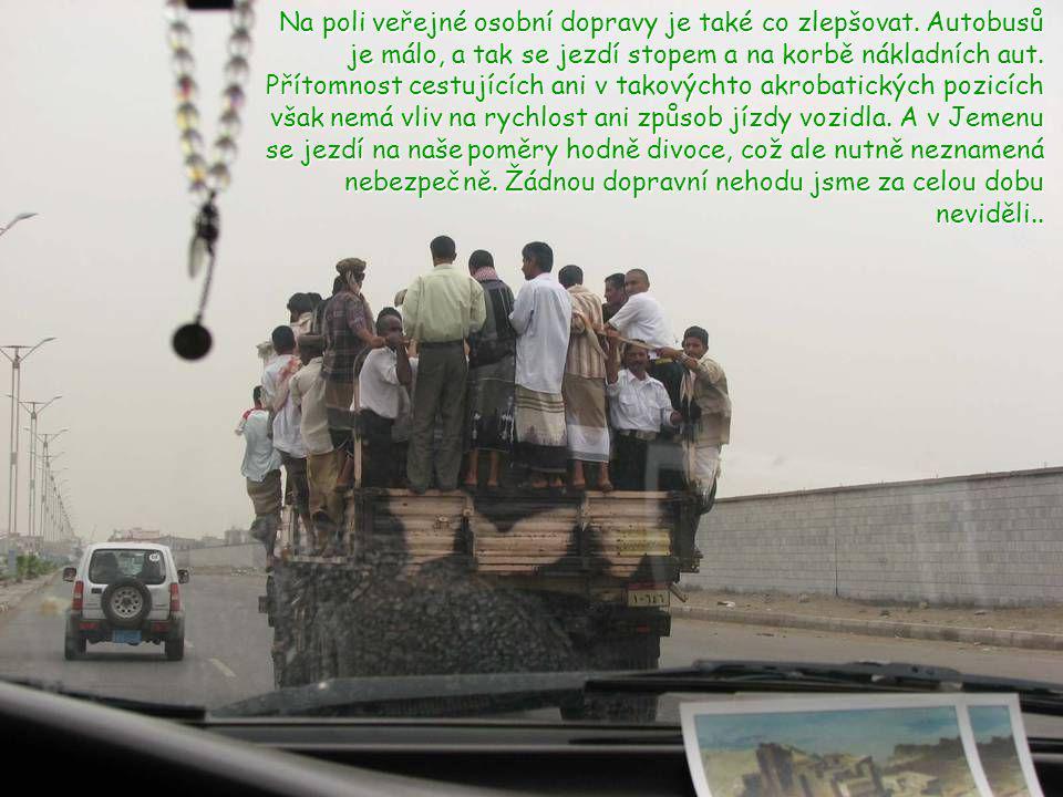 K přepravě nákladů se ve venkovských oblastech využívá převážně živá síla. Buď náklad nosí na svých hřbetech oslíci, nebo na hlavách ženy.