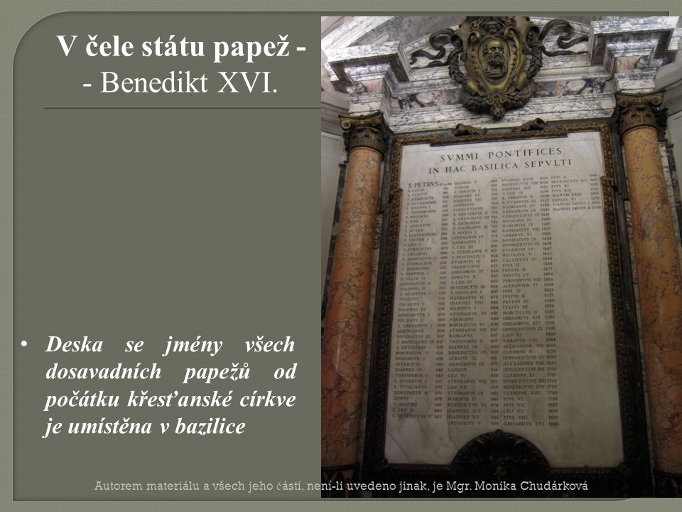 Deska se jmény všech dosavadních papežů od počátku křesťanské církve je umístěna v bazilice V čele státu papež - - Benedikt XVI.
