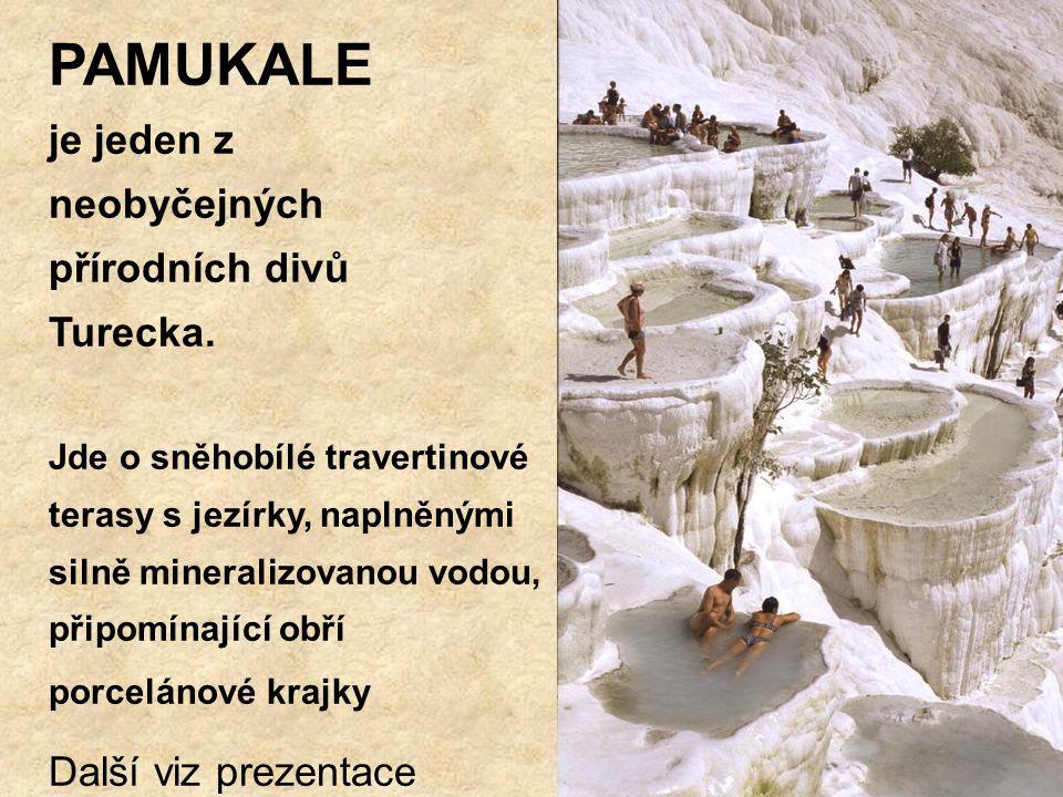 PAMUKALE je jeden z neobyčejných přírodních divů Turecka. Jde o sněhobílé travertinové terasy s jezírky, naplněnými silně mineralizovanou vodou, připo