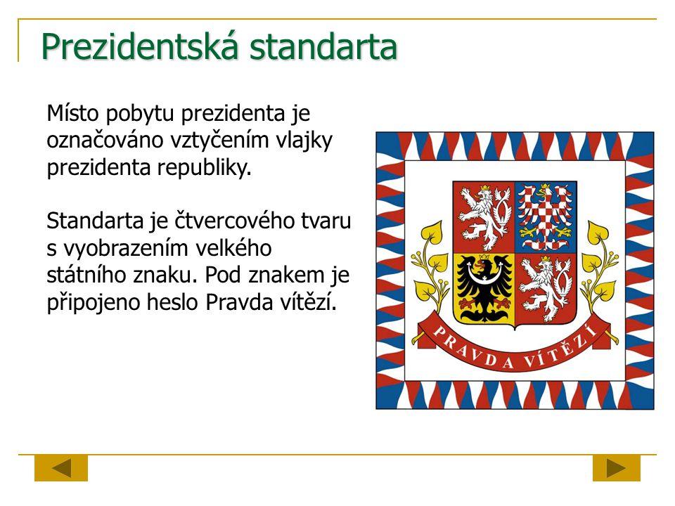 Prezidentská standarta Místo pobytu prezidenta je označováno vztyčením vlajky prezidenta republiky. Standarta je čtvercového tvaru s vyobrazením velké