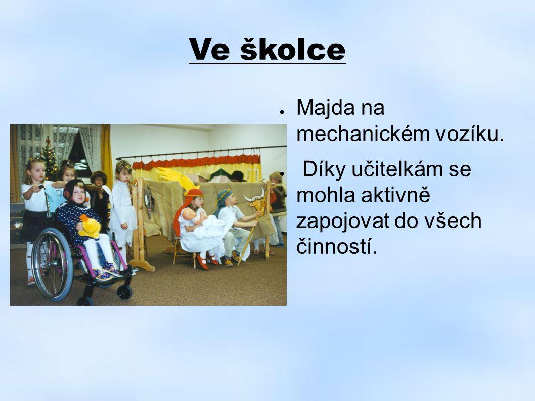 Ve školce ● Majda na mechanickém vozíku. ● Díky učitelkám se mohla aktivně zapojovat do všech činností.