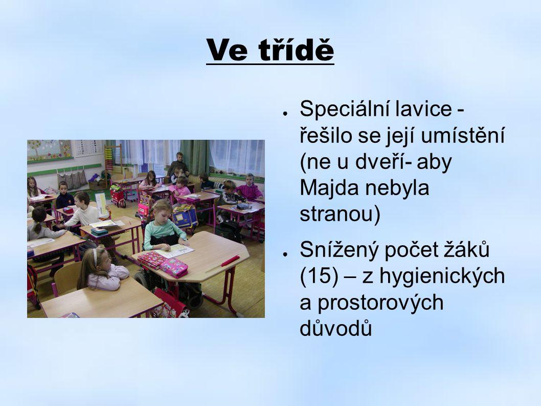 Ve třídě ● Speciální lavice - řešilo se její umístění (ne u dveří- aby Majda nebyla stranou) ● Snížený počet žáků (15) – z hygienických a prostorových