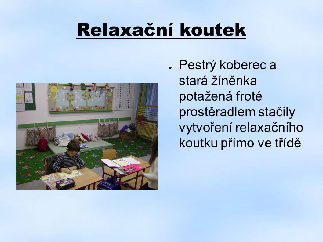 Relaxační koutek ● Pestrý koberec a stará žíněnka potažená froté prostěradlem stačily vytvoření relaxačního koutku přímo ve třídě