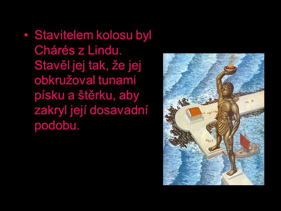 Stavitelem kolosu byl Chárés z Lindu. Stavěl jej tak, že jej obkružoval tunami písku a štěrku, aby zakryl její dosavadní podobu.
